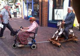ancianos en carro